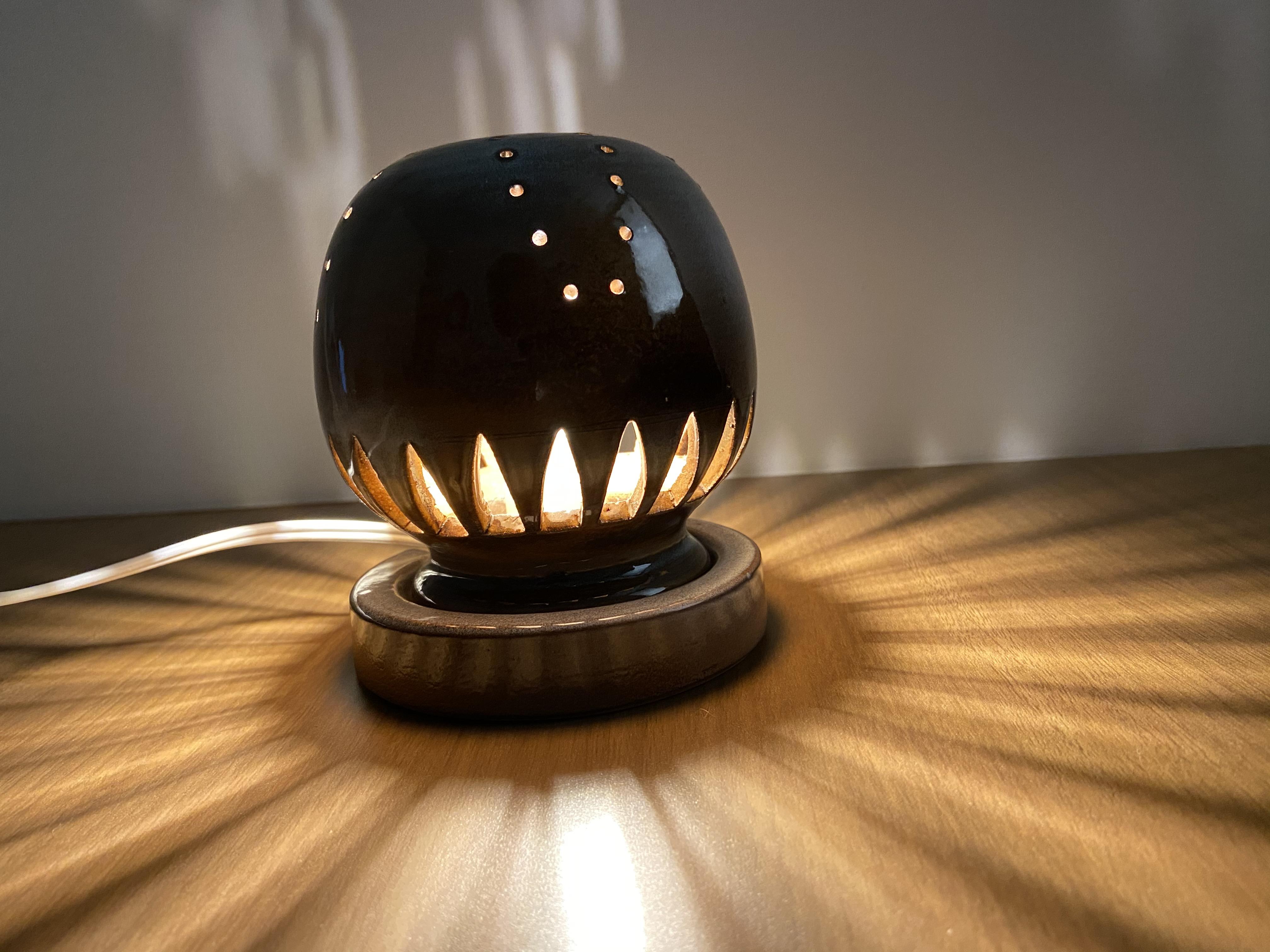 [№5226-0259]幻の須佐唐津焼 窯元製作陶器ランプ 黒 カーブ 電球色LED